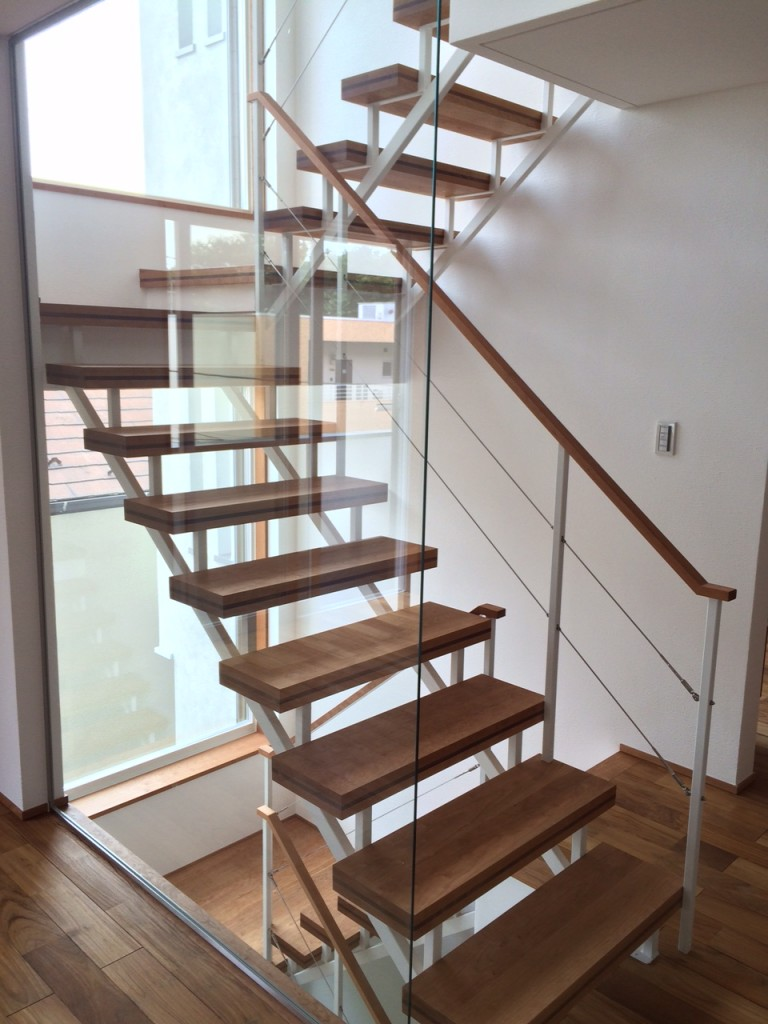 三階まで続く階段