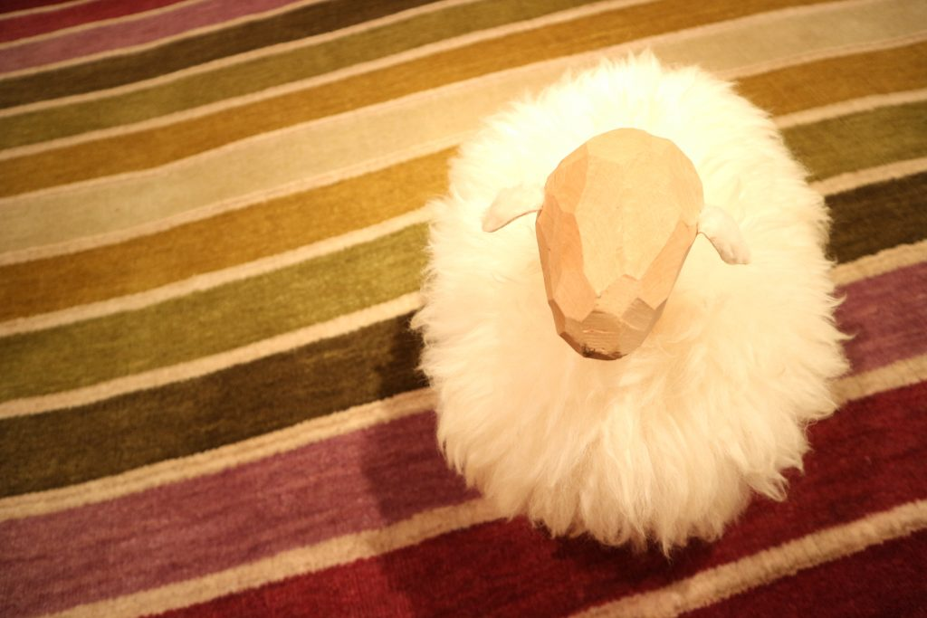 【ハグみじゅうたん】羊さんも大好き、てざわりシリーズ。
