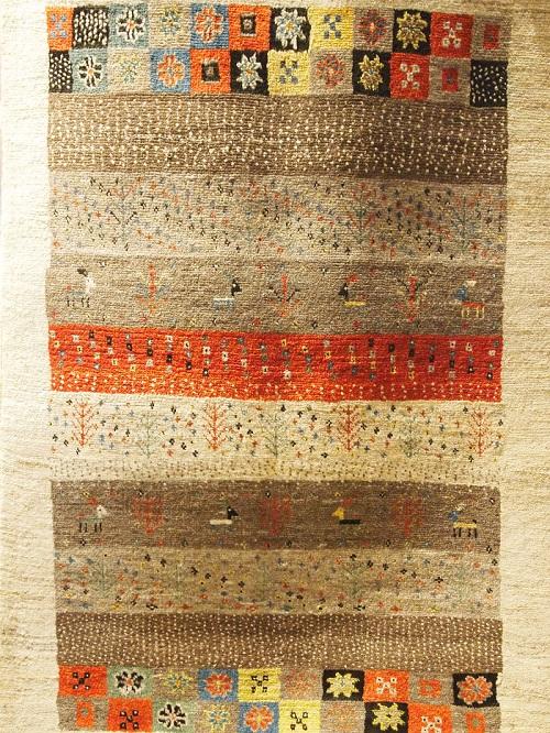 マツコの知らない世界で紹介されたギャッベ。イランのゾランヴァリギャッベが集まる倉庫で年に3度厳選した美しさと上質さをあわせもつアートギャッベです。