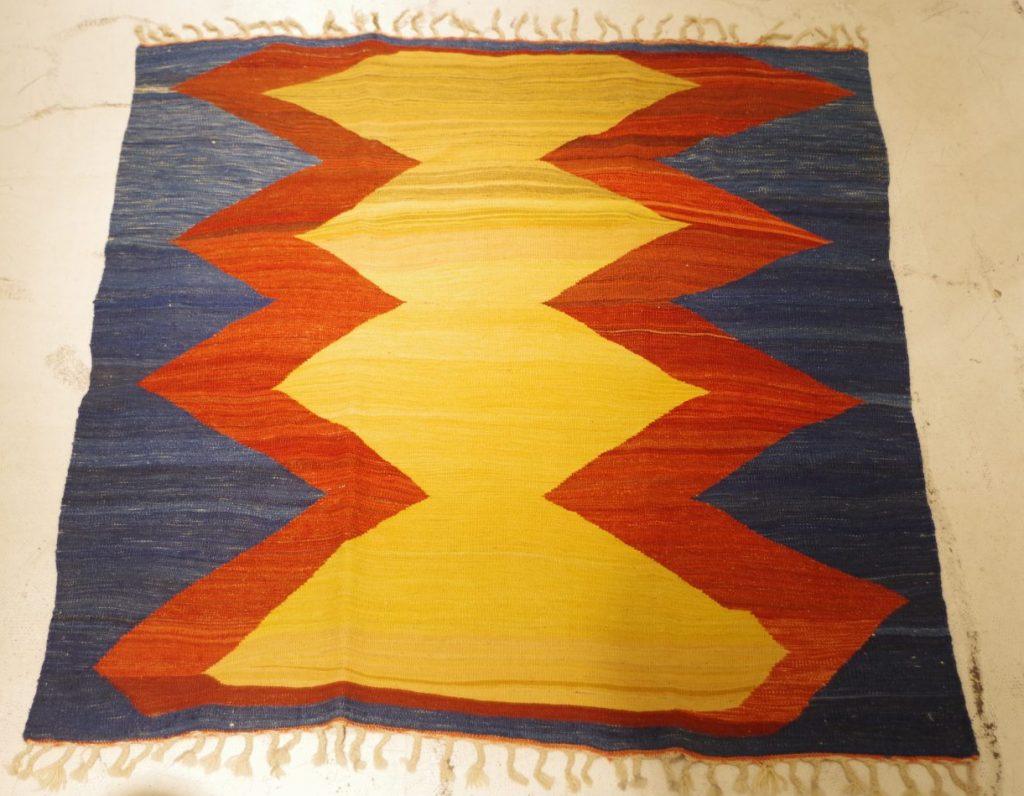 伝統的な東洋の織物。「キリム」