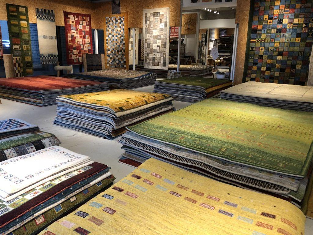 アートギャッベ350枚展を開催