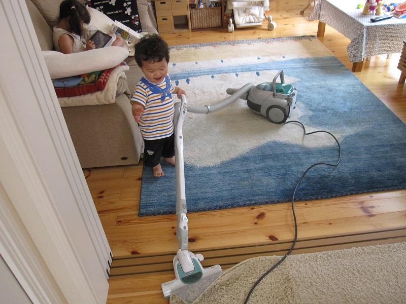 ギャッベ掃除をする男の子