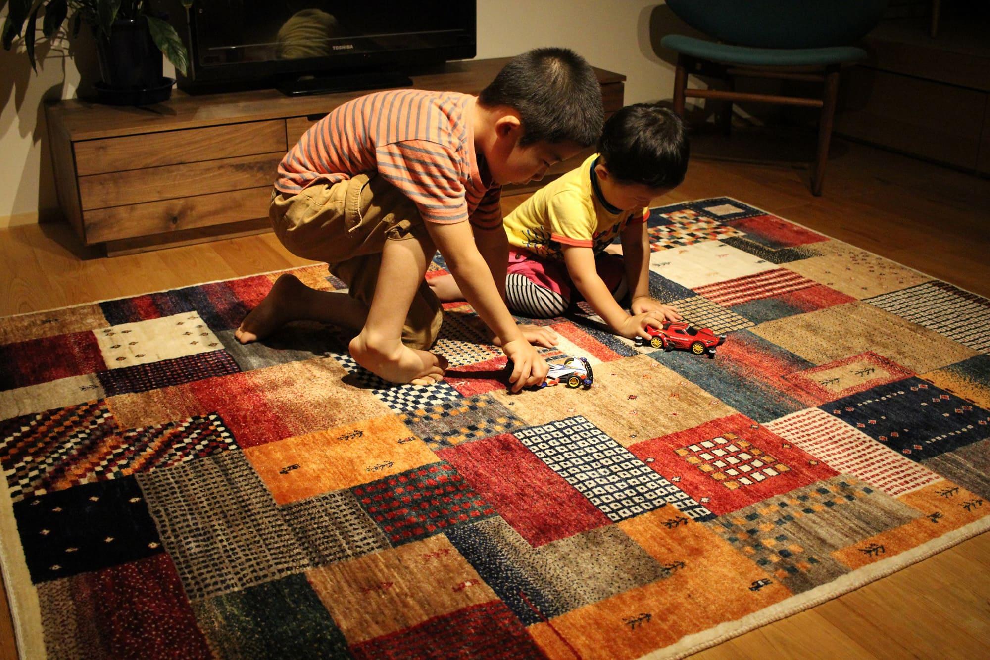 ギャッベで子ども達が遊んでいる