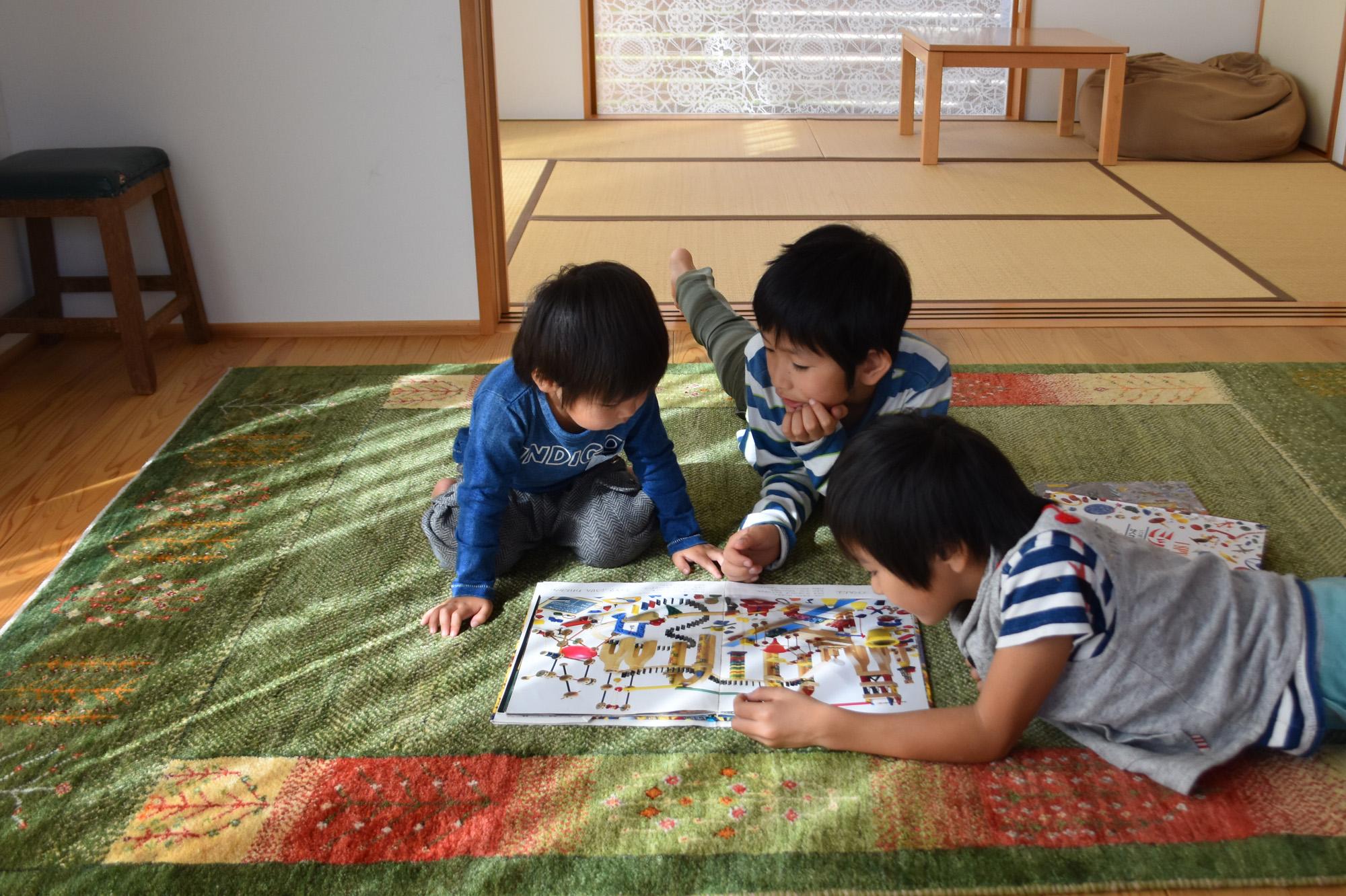 子どもがギャッベの上で遊んでいる