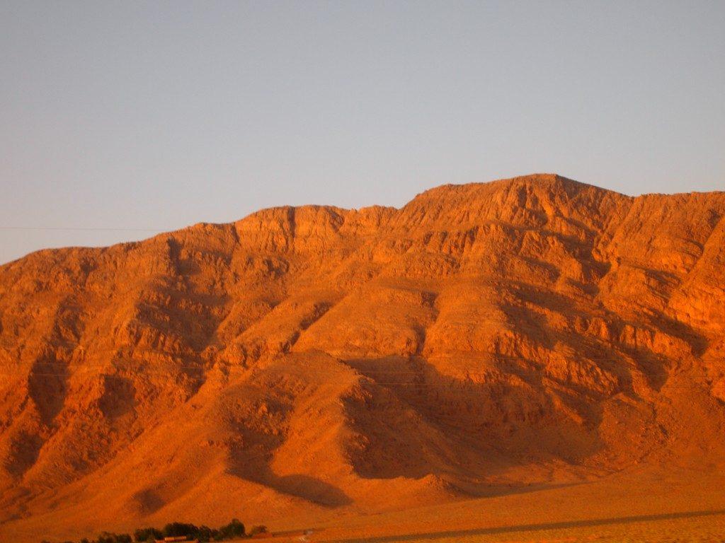 夕日で茜色に染まるザクロス山脈