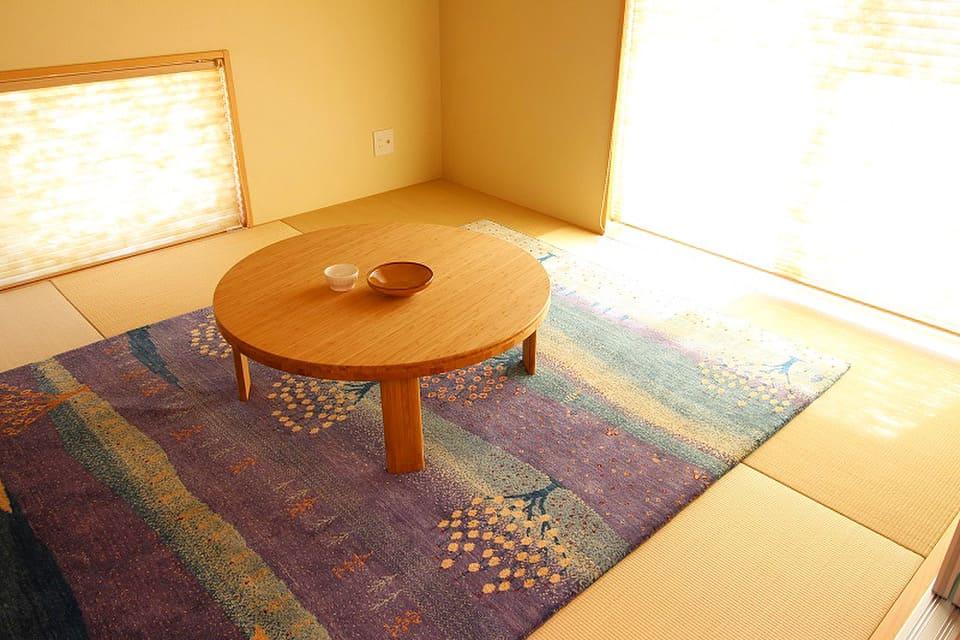 和室に風景画のギャッベ