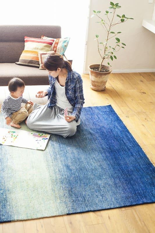 親子がハグみじゅうたんの上で遊んでいる