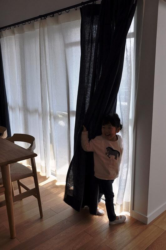 カーテンで遊ぶお子様