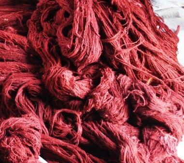 手仕事で染めたウールの糸